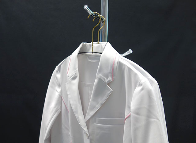 COHAC白衣のハンガー写真