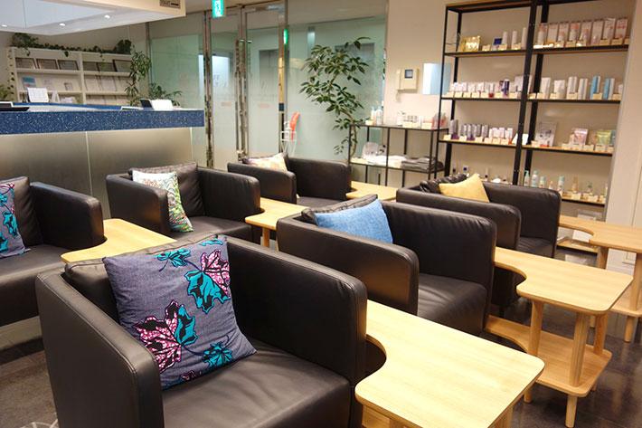 美容皮膚科の待合室の家具や内装が変わりました。
